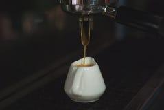 Robić kawie przy kawową maszyną Zdjęcia Stock