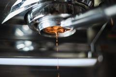 Robić kawowa ekstrakcja od kawy espresso maszyny zdjęcie stock