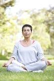 robić kobiety parkowy starszy joga obraz royalty free