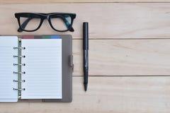 Robić listy pojęciu, Pustemu notatnikowi z piórem i eyeglass, obraz stock