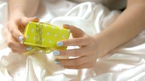 Robić manikiur ręki trzyma małego prezenta pudełko zbiory wideo