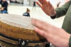 Robić muzyce z djembe i bębnić ręki Fotografia Royalty Free