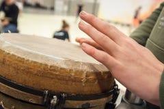 Robić muzyce z djembe i bębnić ręki Obrazy Stock
