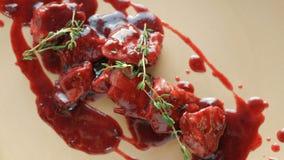 Robić naczynie od szefa kuchni na talerzu mięso z kumberlandem wyśmienicie wyśmienitemu posiłkowi dają w restauraci zbiory