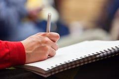 Robić notatkom przy konferencją, szczegół Zdjęcia Royalty Free