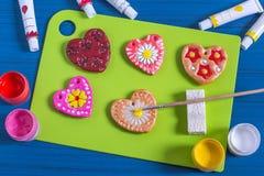 Robić pamiątce od solonego ciasta dla walentynki ` s dnia Krok 5 Zdjęcie Stock