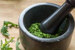 Robić pesto z świeżymi ziele w moździerzu Fotografia Stock