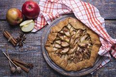 Robić pieczenie - kulebiak, ciastko z jabłkami na drewnianej desce, tło Zdjęcia Stock