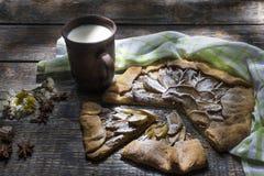 Robić pieczenie - kulebiak, ciastko z jabłkami na drewnianej desce, tło Obrazy Royalty Free