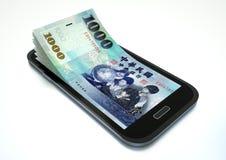 Robić pieniądze z e handlem używać smartphone Obrazy Royalty Free
