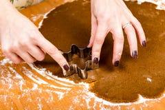 Robić Piernikowym ciastko seriom Tnący ciasta prześcieradło w shap Zdjęcia Royalty Free