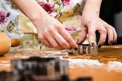 Robić Piernikowym ciastko seriom Tnący ciasta prześcieradło w shap Obrazy Royalty Free
