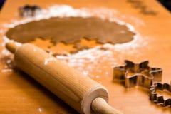 Robić Piernikowym ciastko seriom Tnący ciasta prześcieradło w shap Zdjęcia Stock