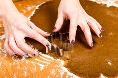 Robić Piernikowym ciastko seriom Tnący ciasta prześcieradło w shap Fotografia Royalty Free