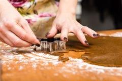 Robić Piernikowym ciastko seriom Tnący ciasta prześcieradło w shap Zdjęcie Royalty Free