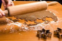 Robić Piernikowym ciastko seriom Tnący ciasta prześcieradło w shap Obrazy Stock