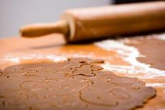 Robić Piernikowym ciastko seriom Tnący ciasta prześcieradło w shap Obraz Royalty Free