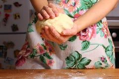 Robić pizzy kobiet rękami na kuchennym stole Zdjęcia Royalty Free