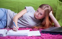 robić pracę domową nastoletnią dziewczynę Zdjęcia Stock