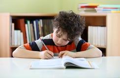 robić praca domowa dzieciaka zdjęcia royalty free