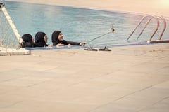 Robić selfie z mobilną komórką i kijem w pływackim basenie z błękitne wody blisko schodków na wakacjach Muzułmańskie kobiety zdjęcia stock