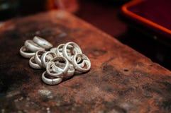 Robić srebro pierścionku zakończeniu up jubilera wykonywać ręcznie zdjęcie stock