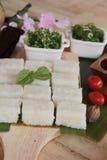 Robić suszi rolce i gałęzatki sałatki z ryż Obrazy Royalty Free