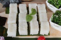 Robić suszi rolce i gałęzatki sałatki z ryż Zdjęcie Stock