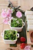 Robić suszi rolce i gałęzatki sałatki z ryż Zdjęcie Royalty Free