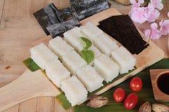 Robić suszi rolce i gałęzatki sałatki z ryż Obrazy Stock