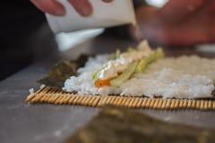 Robić suszi rolce z łososiem Zdjęcie Royalty Free