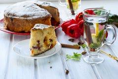 Robić tort z owoc i fragrant herbatą z cytryną, cynamon obraz stock