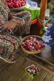 Robić tradycyjnemu karmowemu rujak przy ruchliwej ulicy jedzeniem wprowadzać na rynek fotografia stock