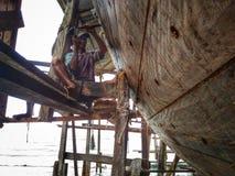 Robić tradycyjny łódkowaty Phinisi w Tanaberu, Południowy Sulawesi, Indonezja, Azja zdjęcia royalty free