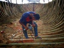 Robić tradycyjny łódkowaty Phinisi w Tanaberu, Południowy Sulawesi, Indonezja, Azja zdjęcie royalty free