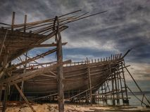 Robić tradycyjny łódkowaty Phinisi w Tanaberu, Południowy Sulawesi, Indonezja, Azja fotografia royalty free