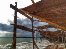Robić tradycyjny łódkowaty Phinisi w Tanaberu, Południowy Sulawesi, Indonezja, Azja obraz royalty free