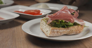Robić włoskiej kanapce z drobiną i mozzarellą stosuje baleron Obraz Royalty Free
