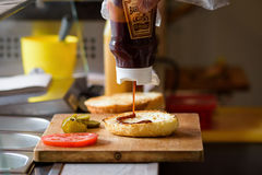 Robić Wyśmienicie Domowej roboty Maksiemu hamburgerowi z piec na grillu wołowina stkiem, sałata, ser, pomidor, cebula, grilla kum Zdjęcia Stock