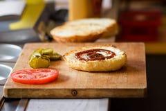 Robić Wyśmienicie Domowej roboty Maksiemu hamburgerowi z piec na grillu wołowina stkiem, sałata, ser, pomidor, cebula, grilla kum Zdjęcie Stock