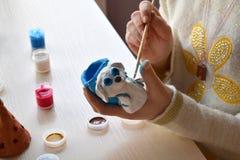 Robić zabawce, farby ceramiczna glina psa postać z guaszem Indoors kreatywnie czas wolny dla dzieci Podporowa twórczość, uczenie Zdjęcie Stock