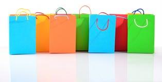 Robić zakupy kolorowego sprzedaży papierowych toreb zakończenie na bielu Obraz Royalty Free