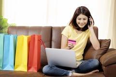 Robić zakupy online w domu i doręczeniowy produktu pojęcie Zdjęcie Stock