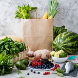 Robić zakupy papierową torbę: owoc, ryba, drób, mięso Obrazy Royalty Free