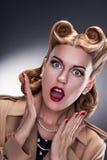 Robić zakupy - Zdziwiony Retro kobieta kupujący Zdjęcie Royalty Free