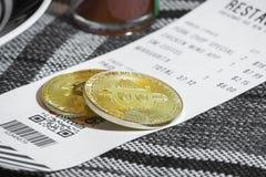Robić zapłacie z Bitcoin crypto currrency Obrazy Royalty Free