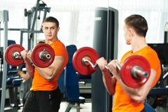 Robi bicepsom Bodybuilder mężczyzna muscle ćwiczenia zdjęcia stock