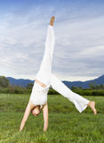 Robi cartwheel atrakcyjna kobieta fotografia stock