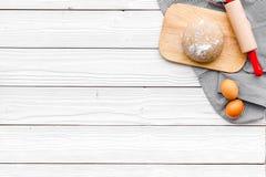 Robi ciastu Ingedients mąka, jajka blisko cookware na białej drewnianej tło odgórnego widoku kopii przestrzeni obrazy stock