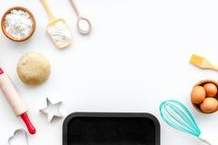 Robi ciastu Ingedients mąka, jajka blisko cookware na białej tło odgórnego widoku kopii przestrzeni obraz stock